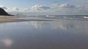 Κοίταγμα προς τον παράδεισο Surfer από το Palm Beach απόθεμα βίντεο