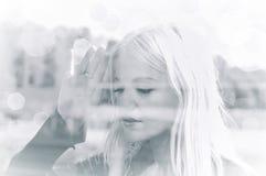 κοίταγμα σε όλη τη γυναίκ&alp Στοκ εικόνα με δικαίωμα ελεύθερης χρήσης