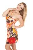 Κοίταγμα φορεμάτων λουλουδιών πλάγιας όψης γυναικών Στοκ φωτογραφία με δικαίωμα ελεύθερης χρήσης