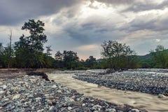 Κοίτη ποταμού ενός γρήγορου ποταμού βουνών Στοκ φωτογραφία με δικαίωμα ελεύθερης χρήσης
