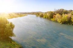 Κοίτη ποταμού την ηλιόλουστη ημέρα Στοκ φωτογραφία με δικαίωμα ελεύθερης χρήσης