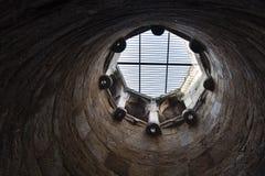 Κοίλη δομή μέσα στο baoli Rajaon ki στο αρχαιολογικό πάρκο Mehrauli Στοκ φωτογραφία με δικαίωμα ελεύθερης χρήσης