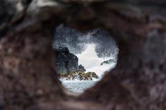 Κοίλος καρδιά-διαμορφωμένος βράχος σε Maui Στοκ Φωτογραφίες
