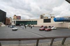 ΚΟΒΕΝΤΡΥ, ΗΝΩΜΕΝΟ ΒΑΣΊΛΕΙΟ - 13 Οκτωβρίου 2017 - άποψη μουσείο μεταφορών στη θέση χιλιετίας, Κόβεντρυ, Δυτικές Μεσαγγλίες στοκ φωτογραφία