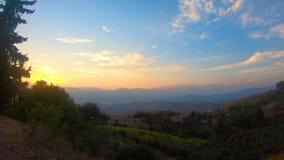 Κοιλάδα βουνών κατά τη διάρκεια της ανατολής Φυσικό θερινό τοπίο απόθεμα βίντεο