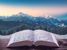 Κοιλάδα βουνών σε ένα φως της ανατολής στις σελίδες του βιβλίου Στοκ Φωτογραφίες