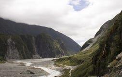 Κοιλάδα ποταμών που οδηγεί στον παγετώνα αλεπούδων στη Νέα Ζηλανδία Στοκ εικόνα με δικαίωμα ελεύθερης χρήσης