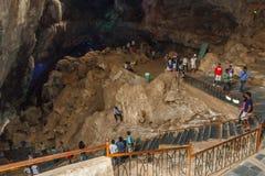 Κοιλάδα Araku, Visakhapatnam Άντρα Πραντές, Ινδία, στις 4 Μαρτίου 2017: Εσωτερική άποψη της σπηλιάς borra στοκ εικόνα