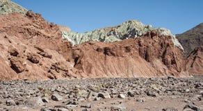 Κοιλάδα Valle Arcoiris ουράνιων τόξων, στην έρημο Atacama στη Χιλή Οι ορυκτοί πλούσιοι βράχοι των βουνών Domeyko δίνουν την κοιλά Στοκ φωτογραφία με δικαίωμα ελεύθερης χρήσης