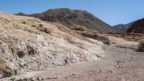 Κοιλάδα Valle Arcoiris ουράνιων τόξων, στην έρημο Atacama στη Χιλή Οι ορυκτοί πλούσιοι βράχοι των βουνών Domeyko δίνουν την κοιλά Στοκ Εικόνες