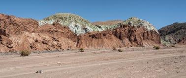 Κοιλάδα Valle Arcoiris ουράνιων τόξων, στην έρημο Atacama στη Χιλή Οι ορυκτοί πλούσιοι βράχοι των βουνών Domeyko δίνουν την κοιλά Στοκ Εικόνα