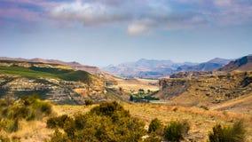 Κοιλάδες, φαράγγια και δύσκολοι απότομοι βράχοι στο μεγαλοπρεπές χρυσό εθνικό πάρκο Χάιλαντς πυλών, δραματικό τοπίο, προορισμός τ στοκ εικόνα