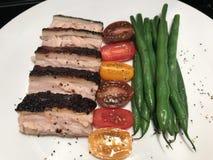 Κοιλιά χοιρινού κρέατος αλατιού και πιπεριών με τα λαχανικά στοκ εικόνες