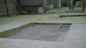 Κοιλότητα στο συγκεκριμένο εργαστήριο πατωμάτων Άποψη θαμπάδων του καυκάσιου ατόμου που παίρνει το σφυρί ελκήθρων απόθεμα βίντεο