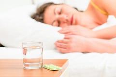 Κοιμισμένα ανθυγειινά γυναίκα και χάπια Στοκ φωτογραφία με δικαίωμα ελεύθερης χρήσης