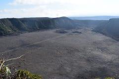 Κοιμισμένος κρατήρας ηφαιστείων που γεμίζουν μέσα με το βράχο με την κορυφογραμμή και το τροπικό δάσος που περιβάλλει το στοκ εικόνα