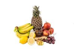 Κοινή εγχώρια θεραπεία για να μεταχειριστεί gout την ανάφλεξη - κεράσια, χυμός λεμονιών, ξίδι μηλίτη της Apple, ρίζες πιπεροριζών Στοκ Φωτογραφία