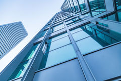 Κοινοί σύγχρονοι επιχειρησιακοί ουρανοξύστες, πολυκατοικίες, αρχιτεκτονική που αυξάνουν στον ουρανό Στοκ φωτογραφία με δικαίωμα ελεύθερης χρήσης