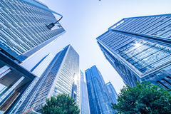 Κοινοί σύγχρονοι επιχειρησιακοί ουρανοξύστες, πολυκατοικίες, αρχιτεκτονική που αυξάνουν στον ουρανό Στοκ Φωτογραφίες