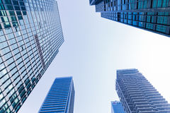 Κοινοί σύγχρονοι επιχειρησιακοί ουρανοξύστες, πολυκατοικίες, αρχιτεκτονική που αυξάνουν στον ουρανό Στοκ Εικόνες