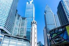 Κοινοί σύγχρονοι επιχειρησιακοί ουρανοξύστες, πολυκατοικίες, αρχιτεκτονική που αυξάνουν στον ουρανό, ήλιος Στοκ Εικόνες