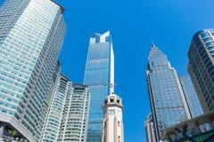 Κοινοί σύγχρονοι επιχειρησιακοί ουρανοξύστες, πολυκατοικίες, αρχιτεκτονική που αυξάνουν στον ουρανό, ήλιος Στοκ εικόνα με δικαίωμα ελεύθερης χρήσης
