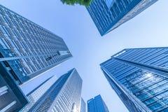 Κοινοί σύγχρονοι επιχειρησιακοί ουρανοξύστες, πολυκατοικίες, αρχιτεκτονική που αυξάνουν στον ουρανό Στοκ Φωτογραφία