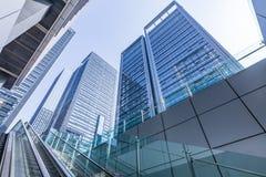 Κοινοί σύγχρονοι επιχειρησιακοί ουρανοξύστες, πολυκατοικίες, αρχιτεκτονική που αυξάνουν στον ουρανό Στοκ Εικόνα