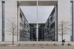 Κοινοβουλευτικό κτίριο γραφείων του Paul Loebe Haus στο Βερολίνο με Στοκ εικόνες με δικαίωμα ελεύθερης χρήσης
