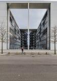 Κοινοβουλευτικό κτίριο γραφείων του Paul Loebe Haus στο Βερολίνο με Στοκ εικόνα με δικαίωμα ελεύθερης χρήσης