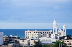 Κοινοπολιτεία της rico-άσπρης εκκλησίας Puerto, μπλε ουρανός, μπλε ωκεανός στοκ φωτογραφία με δικαίωμα ελεύθερης χρήσης