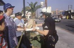 Κοινοτικά μέλη που δίνουν το μεσημεριανό γεύμα στον αστυνομικό Στοκ φωτογραφία με δικαίωμα ελεύθερης χρήσης