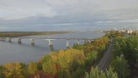 Κοινοτική γέφυρα πέρα από τον ποταμό Kama σε Perm απόθεμα βίντεο