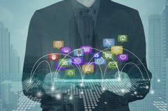 Κοινωνικά μέσα κουμπιών συμπίεσης χεριών επιχειρηματιών στην ταμπλέτα Στοκ Εικόνες