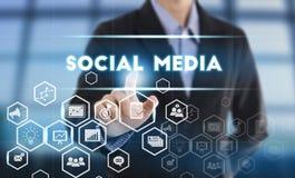 Κοινωνικά μέσα κουμπιών συμπίεσης χεριών επιχειρηματιών Στοκ Εικόνες