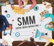 Κοινωνικά μέσα που εμπορεύονται τη σε απευθείας σύνδεση επιχειρησιακή έννοια στοκ φωτογραφία