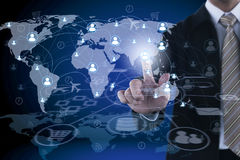 Κοινωνικές δίκτυο και παγκοσμιοποίηση γύρω από το χέρι επιχειρηματιών στοκ εικόνες