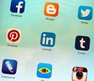 Κοινωνικές εφαρμογές δικτύωσης στην επίδειξη αμφιβληστροειδών της Apple iPad Στοκ Εικόνες