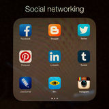 Κοινωνικές εφαρμογές δικτύωσης στην επίδειξη της Apple iPad Στοκ Εικόνες