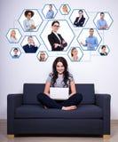 Κοινωνικές μέσα και έννοια εθισμού Διαδικτύου - νέο sittin γυναικών Στοκ Εικόνα