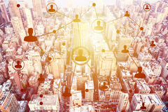 Κοινωνικές τεχνολογίες δικτύωσης επάνω από μια πόλη Στοκ εικόνες με δικαίωμα ελεύθερης χρήσης
