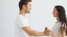 Κοινωνική έννοια χορού Νέο ρομαντικό ζεύγος που χορεύει στο άσπρο υπόβαθρο απόθεμα βίντεο