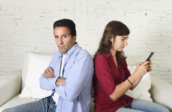Κοινωνική γυναίκα εξαρτημένων δικτύων που χρησιμοποιεί το κινητό τηλέφωνο που αγνοεί το σύζυγο ή το φίλο που ανατρέπεται και Στοκ φωτογραφίες με δικαίωμα ελεύθερης χρήσης