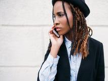 Κοινωνική επικοινωνία Μαύρο πορτρέτο κοριτσιών μόδας Στοκ Εικόνες