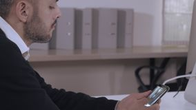 Κοινωνικός καθαρός χρήσης διευθυντών στο κινητό τηλέφωνο απόθεμα βίντεο
