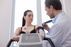 Κοινωνικός υπομονετικός πολλαπλασιασμός στροφών καρδιολόγων για το ιατρικό πείραμα Στοκ φωτογραφία με δικαίωμα ελεύθερης χρήσης