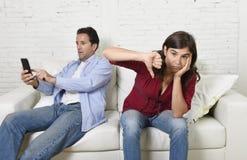 Κοινωνικό άτομο εξαρτημένων δικτύων που χρησιμοποιεί το κινητό τηλέφωνο που αγνοεί τη σύζυγο ή τη φίλη που ανατρέπεται καιη  Στοκ φωτογραφία με δικαίωμα ελεύθερης χρήσης
