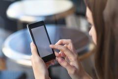 Κοινωνικό δίκτυο, smartphone εκμετάλλευσης γυναικών Στοκ φωτογραφία με δικαίωμα ελεύθερης χρήσης