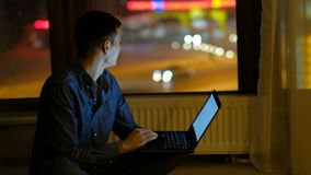 Κοινωνικό δικτύων lap-top ατόμων ελεύθερου χρόνου εθισμού μη απασχόλησης απόθεμα βίντεο