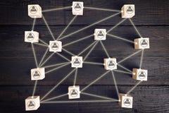 Κοινωνικό σχέδιο δικτύων, το οποίο περιέχει τα εικονίδια επιχειρηματιών που συνδέονται ο ένας στον άλλο Διαχείριση του ανθρώπινου στοκ εικόνες με δικαίωμα ελεύθερης χρήσης